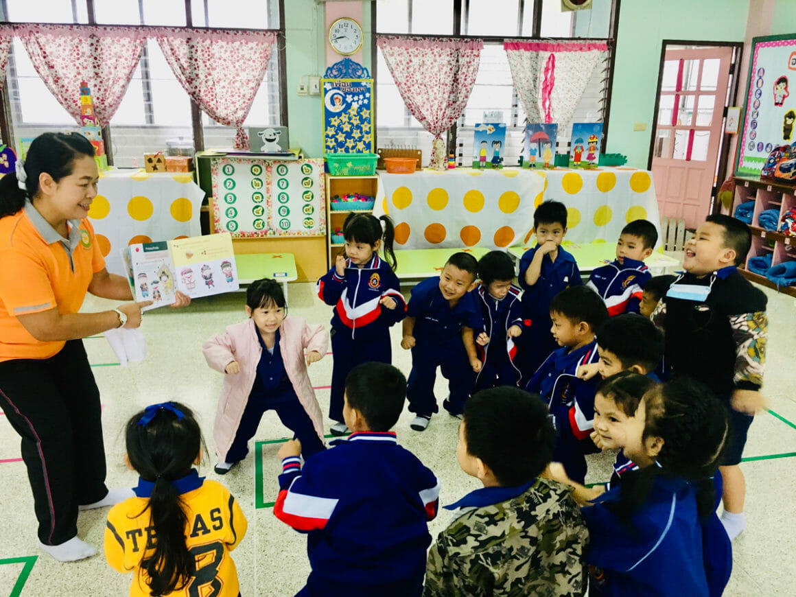 เด็กๆ ที่โรงเรียนเทศบาล 4 สันป่ากอ สนุกสนานไปกับการเล่านิทานของคุณครู