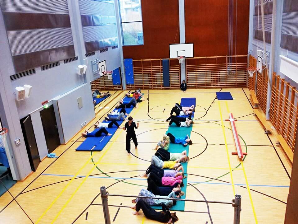 สนามกีฬาของโรงเรียนฝึกสอนครูวิกิ (Vikii Teacher Training School) มีมุมสำหรับให้ครูและผู้มาศึกษาดูงานได้สังเกตการสอนโดยไม่รบกวนผู้เรียน
