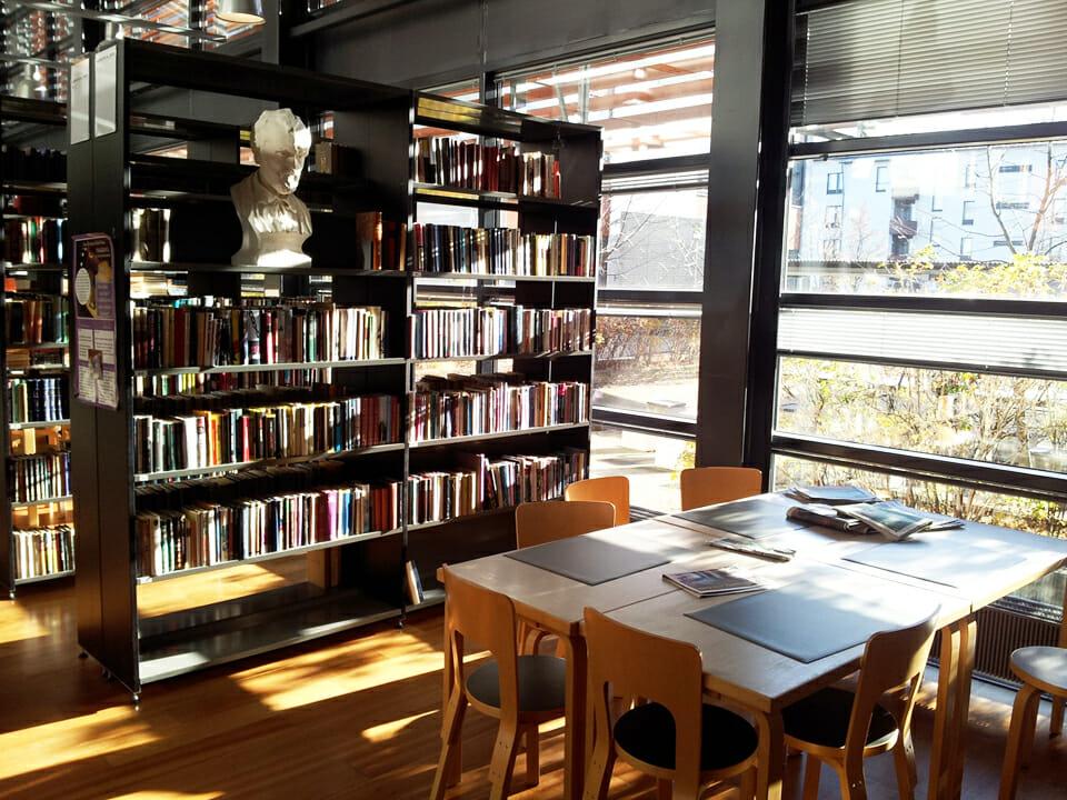 ห้องสมุดของโรงเรียนมีขนาดไม่ใหญ่ เพราะเด็กๆ สามารถไปใช้บริการห้องสมุดของเมืองอย่างเต็มที่