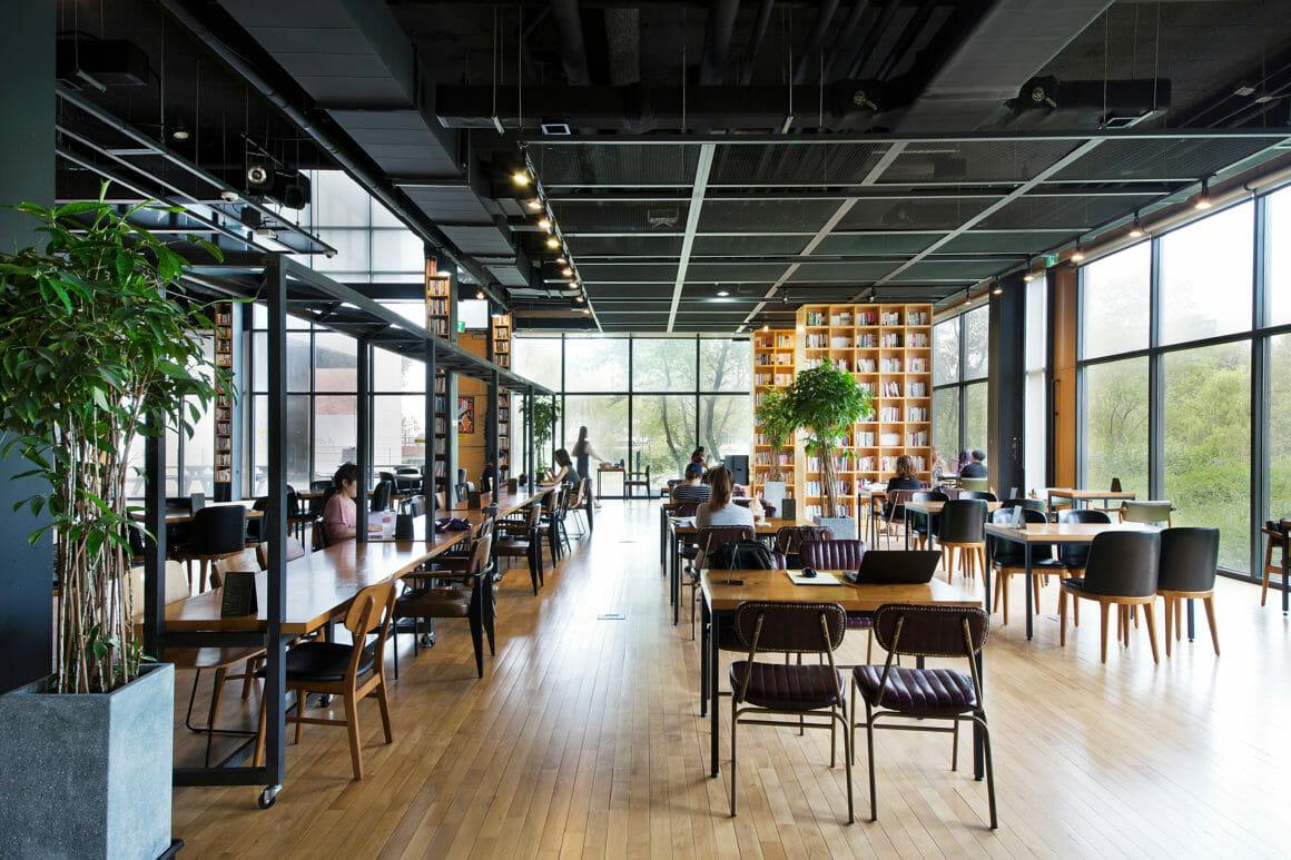 พื้นที่ส่วนที่ 3 ของห้องสมุดป่าแห่งปัญญา ซึ่งทำหน้าที่เป็นส่วนหนึ่งของโรงแรม Jijihyang ซึ่งผู้เข้าพักสามารถมาใช้บริการนั่งอ่านหนังสือได้ตลอด 24 ชั่วโมง